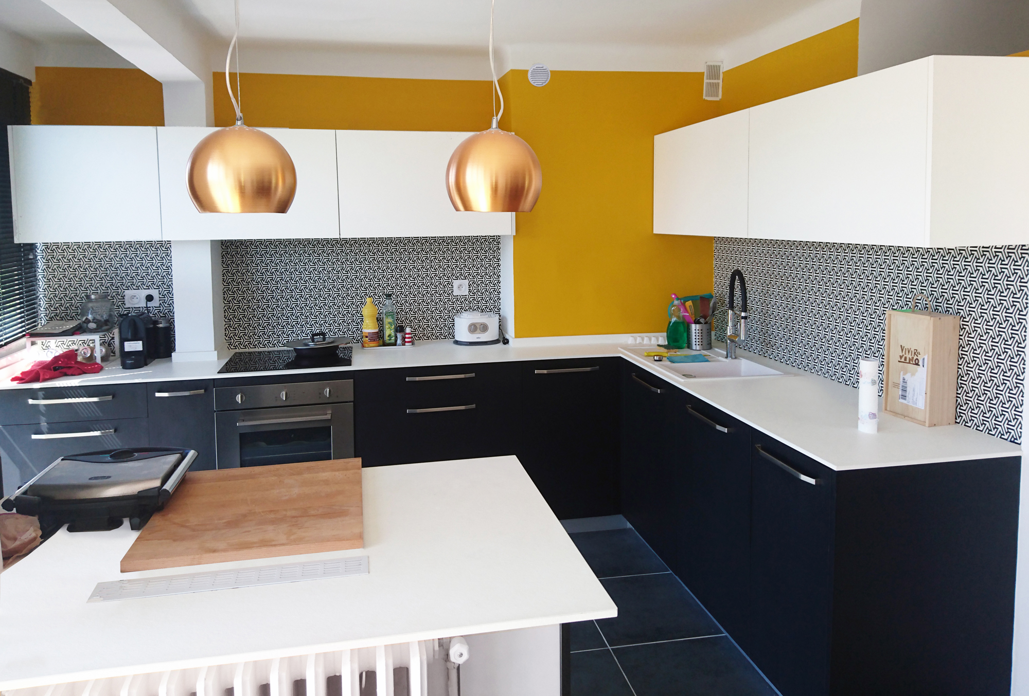 Credence Corian Sur Mesure réalisation d'une cuisine en noir et blanc, crédence très